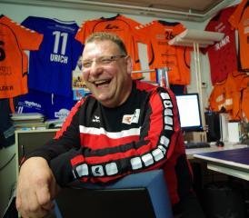 «Nudelfertig. Überglücklich.» Jürgen Spalinger, zuhause in seinem Büro. An der Wand diverse Trikots von Spielern des TV Möhlin.