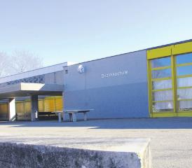 Die Bezirksschule Möhlin: Geht es nach den Plänen von Gemeinderat und Schulpflege, wird diese vom Fuchsrain (Bild) an den Standort Steinli verlegt. Nach dem Wegzug soll stattdessen die Primarschule die Räumlichkeiten beziehen. Foto: Ronny Wittenwiler